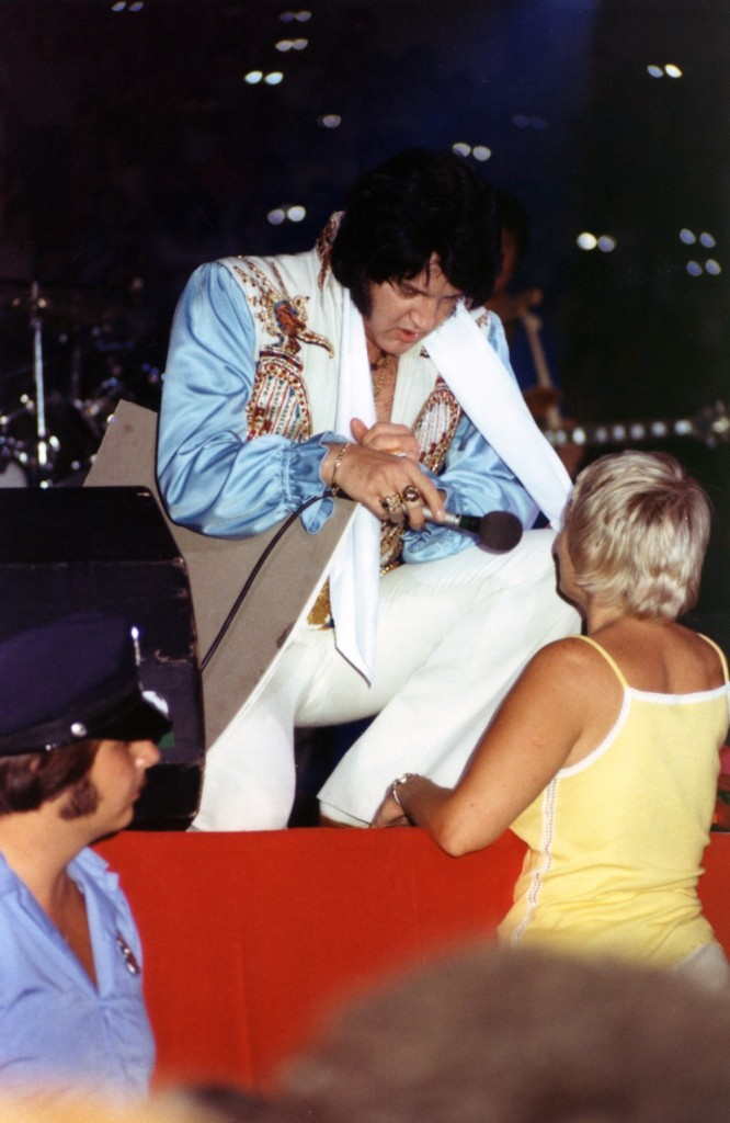 [IMG]http://www.elvisconcerts.com/pictures/s76090402.jpg[/IMG]