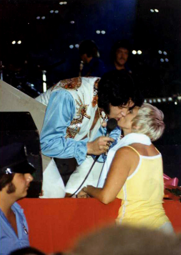 [IMG]http://www.elvisconcerts.com/pictures/s76090403.jpg[/IMG]